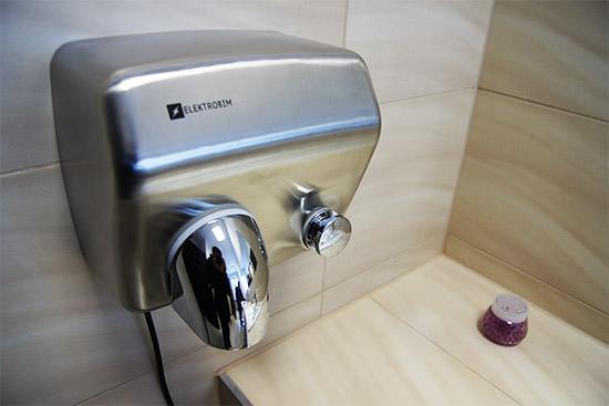 suszarka do rąk na przycisk montaż na ścianie